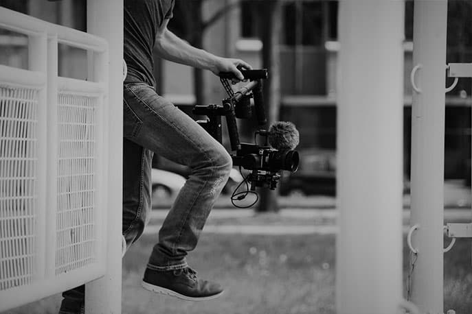 Mann mit Kamera und Mikrofon