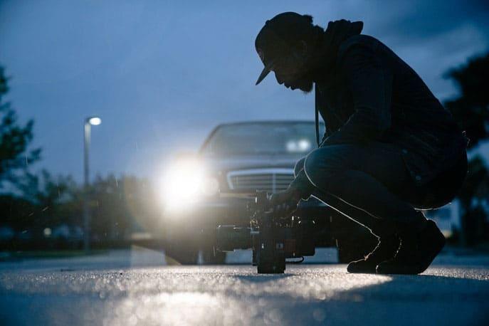 Videograf positioniert sich mit Kamera auf Straße
