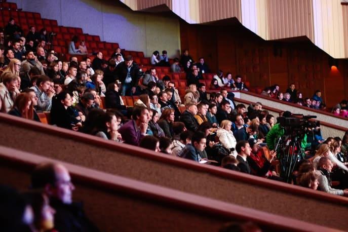 Kamera steht ganz vorne: Sitzende Zuschauer stören beim Eventfilm erstellen nicht