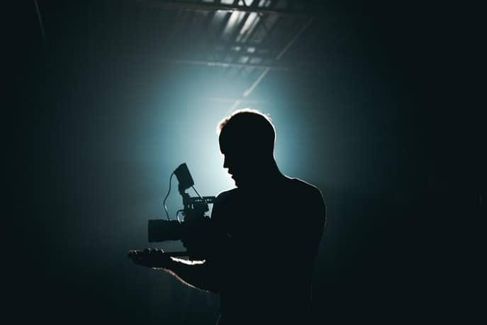 Videograf filmt beim Eventfilm erstellen in einem dunklen Saal