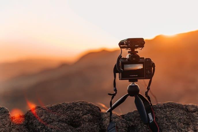 Kamera mit Lavalier-Set auf einem Stein