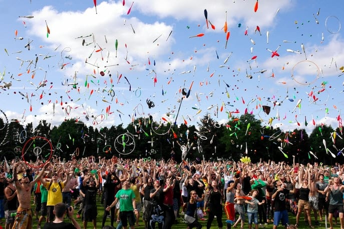 Feiernde Menge im Freien